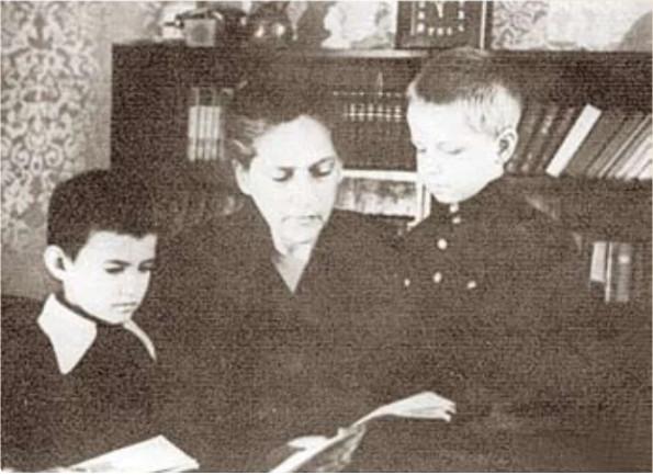 Фрума Ефимовна с приемными детьми